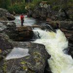 Fjellsport og Kajakk NZ Andreårselev studerer linja før han viser hvordan det kan gjøres