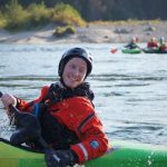 Fjellsport og Kajakk NZ Læreren koser seg i elvekajakk