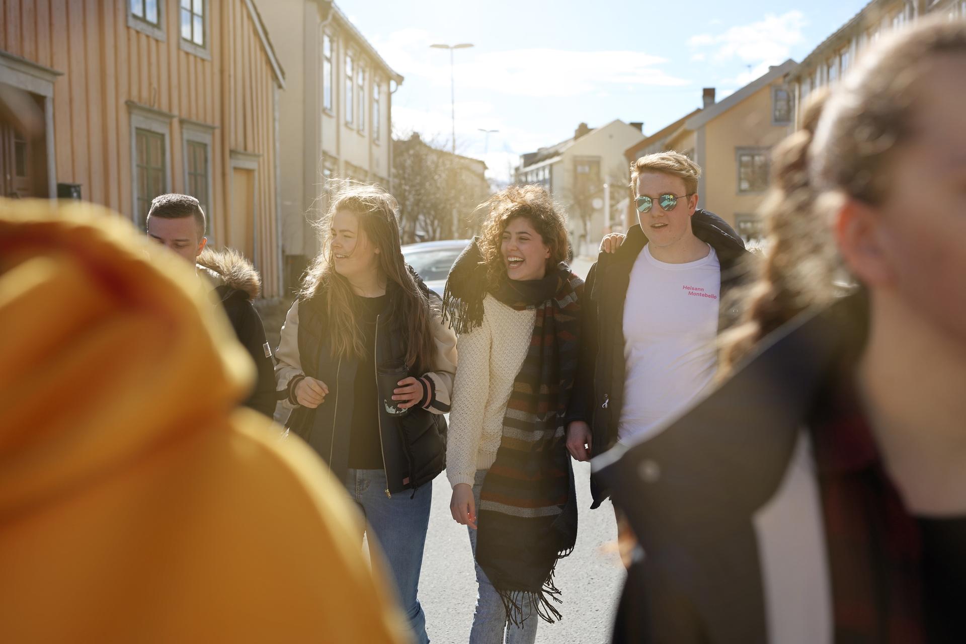 Elever fra Vefsn Folkehøgskole Toppen på tur nedover Sjøgata i Mosjøen – byen midt i Norge