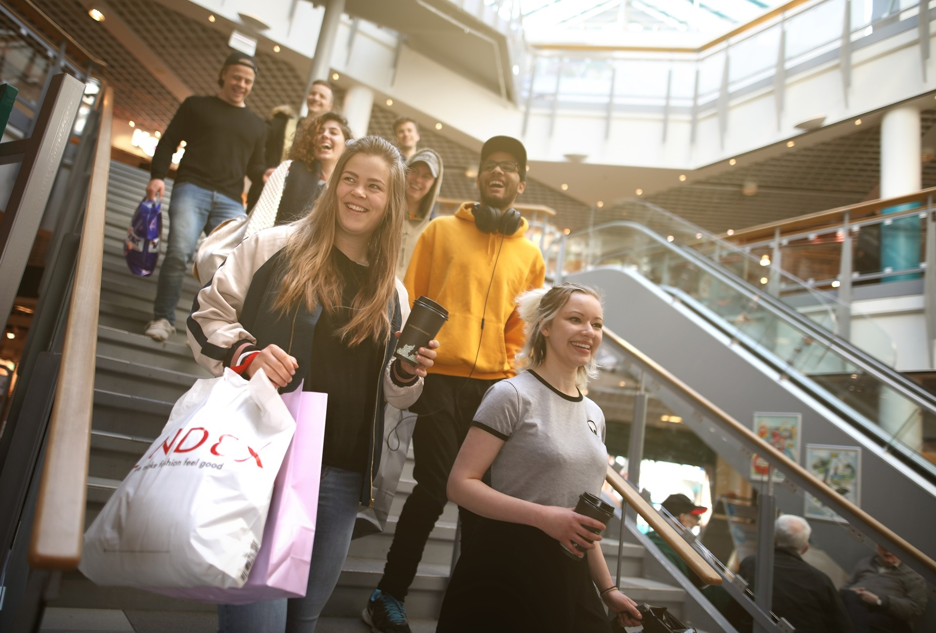 Elever fra Vefsn Folkehøgskole i Mosjøen – byen midt i Norge, shopping på Sjøsiden Senter i Mosjøen, Helgeland