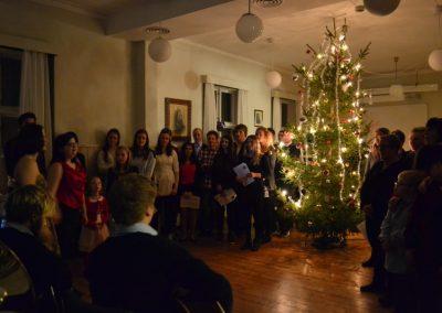 Stort-flott-publikum-og-stort-flott-juletre
