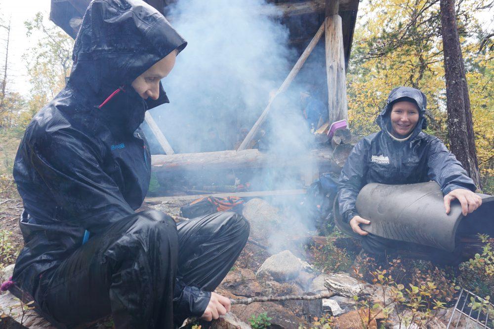 Lærer og elev fra Vefsn folkehøgskole brenner bål i regnvær