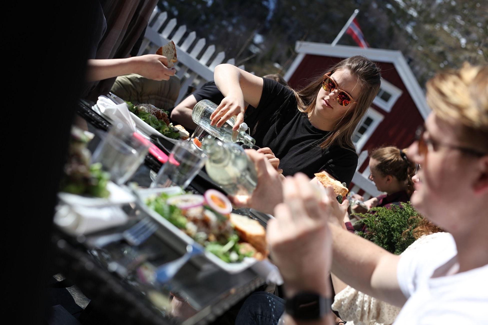 Elever fra Vefsn Folkehøgskole Toppen på Umami Café i Mosjøen – byen midt i Norge