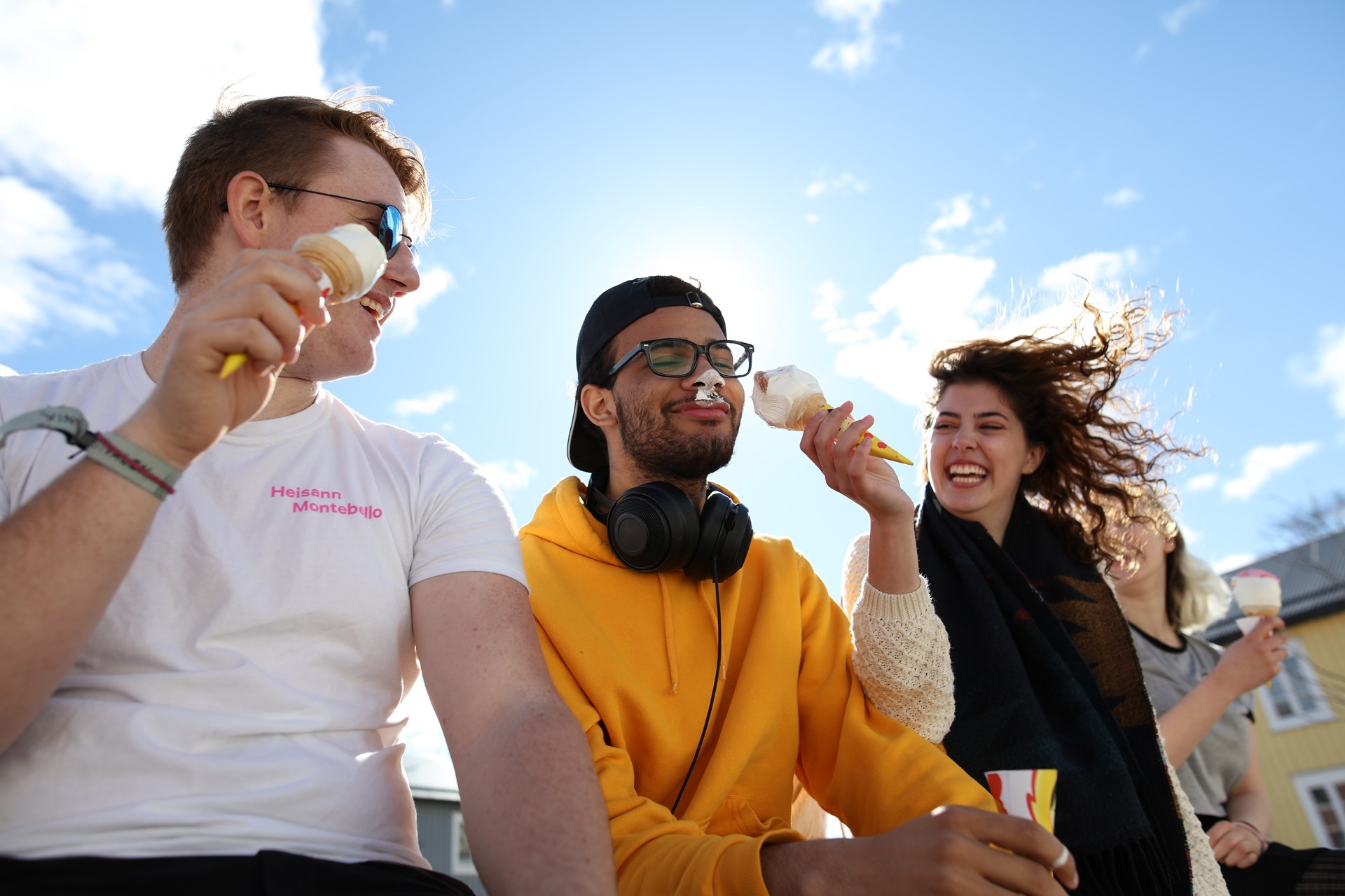 Elever fra Vefsn Folkehøgskole i Mosjøen – byen midt i Norge spiser is utenfor Mosjøen Kulturhus og Sjøsiden Senter