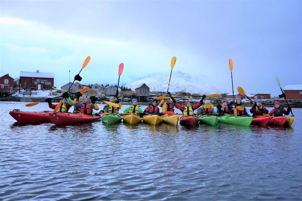 Elever fra Friluftsliv Lett på padletur på Helgelandskysten