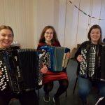 Elever på Vefsn Folkehøgskole spiller på julemiddagen 2019