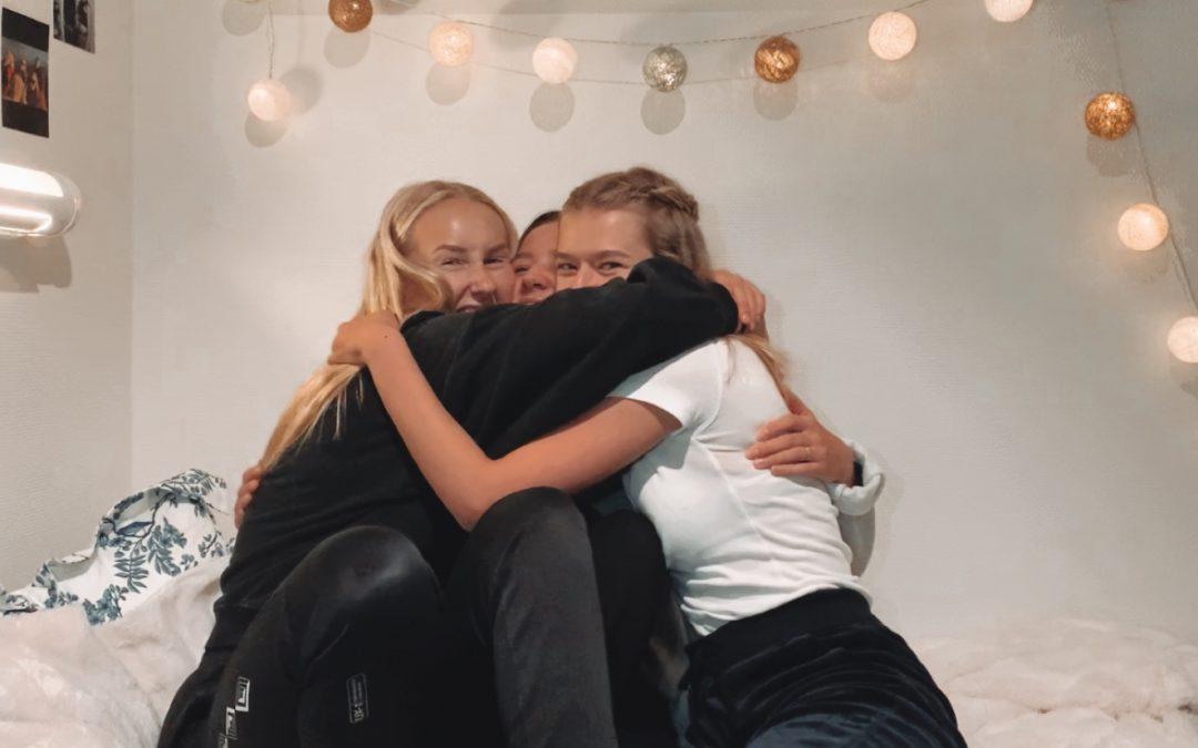 Tre jenter med youtube-kanalen «overtenning»