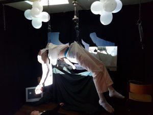 Fra performanceforestillingen som linjene Teater, Laptopmusiker, Sceneproduksjon og Kreativ MIX hadde på Vefsn Folkehøgskole Toppen høsten 2020