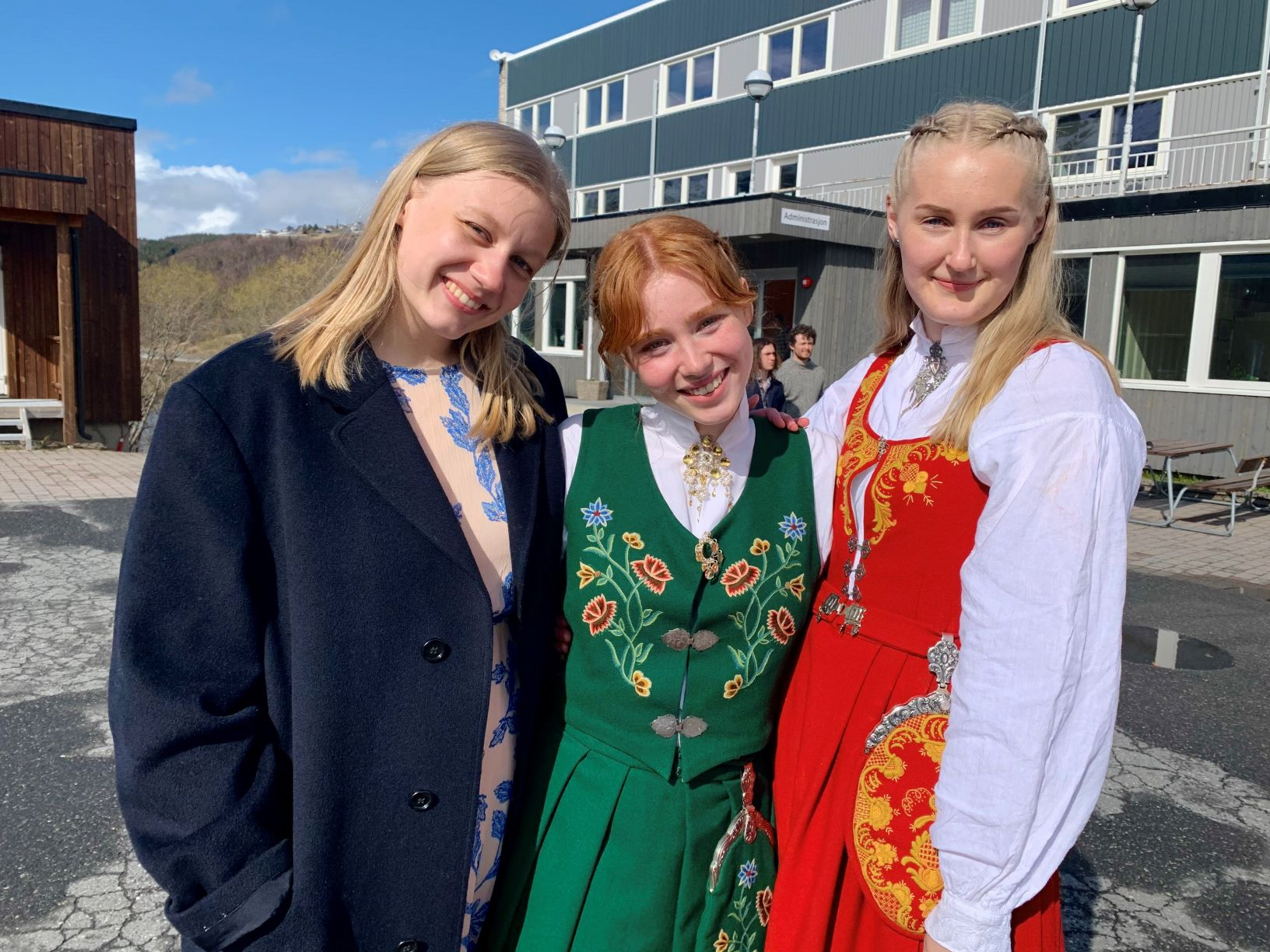 Jenter i budad på avslutningen skoleåret 2020-21 på Vefsn Folkehøgskole
